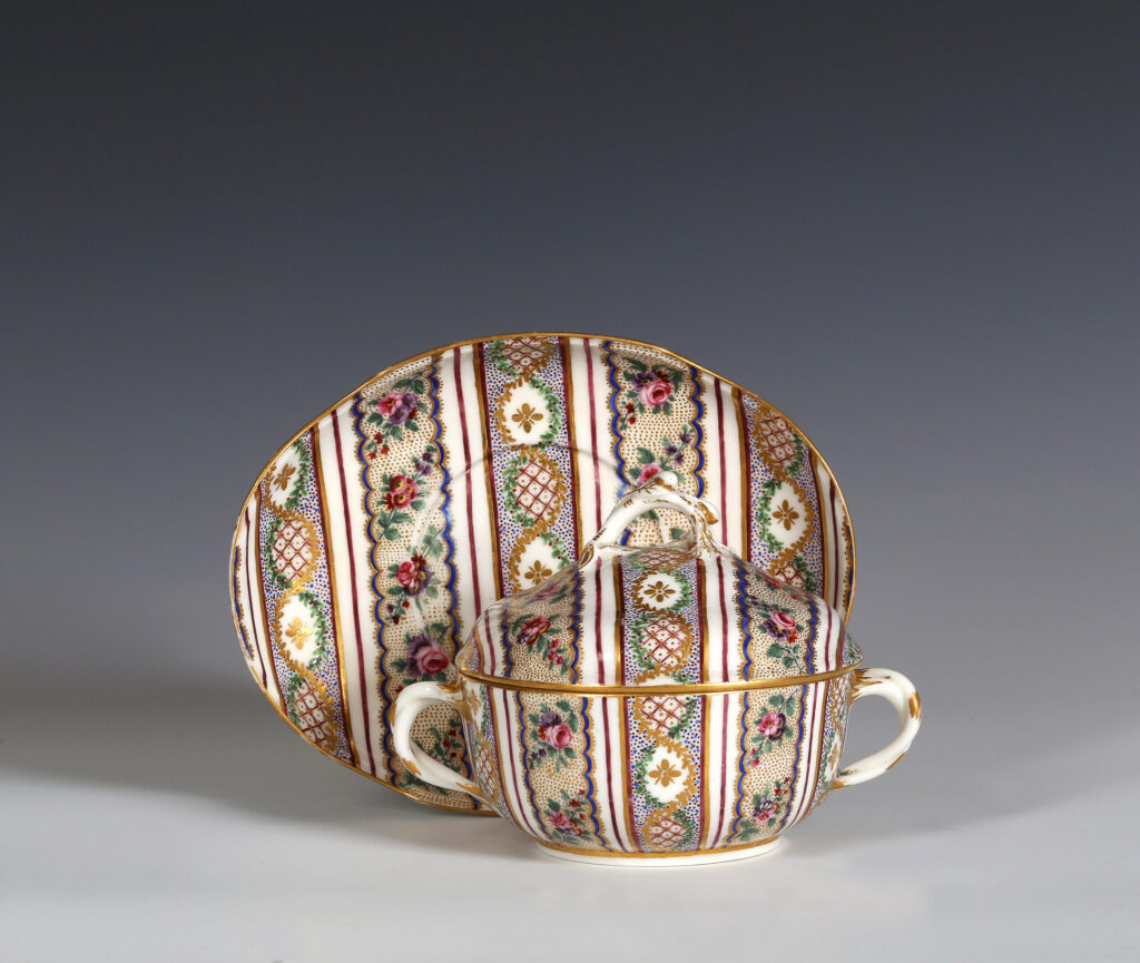 A SÈVRES COVERED BOWL AND STAND  (ÉCUELLE ROND TOURNÉE ET PLATEAU OVALE), OF THE SECOND SIZE