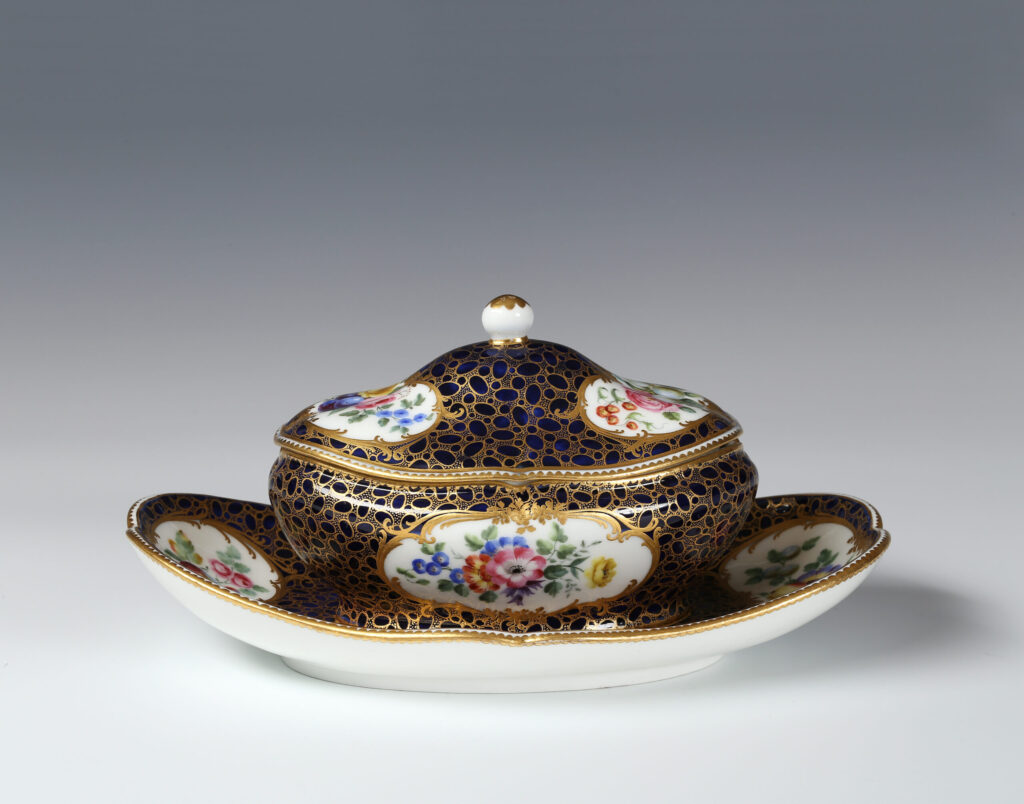 A SÈVRES SUGAR BOWL AND COVER ON FIXED STAND (SUCRIER DE MONSIEUR LE PREMIER)